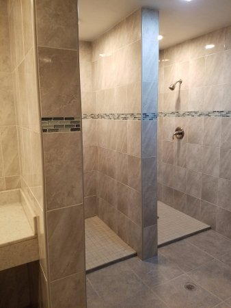 Los Fresnos, Τέξας: New tiled showers