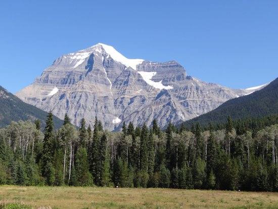 Canadese Rockies, Canada: View of the South West face of Mount Robson from the observation deck at the visitor centre