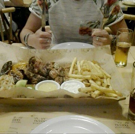 Piatsa Gourounaki : De chicken platter for 2, met frietjes, pita broodjes, sausjes, groenten en 3 of 4 soorten kip.
