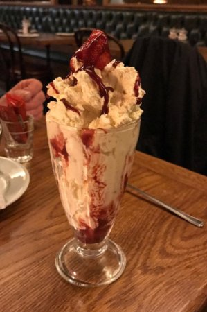 Constable Burton, UK: eton mess