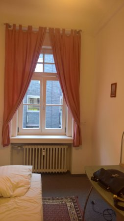 Hotel Pension Theresia: Blick von der Tür zum Fenster