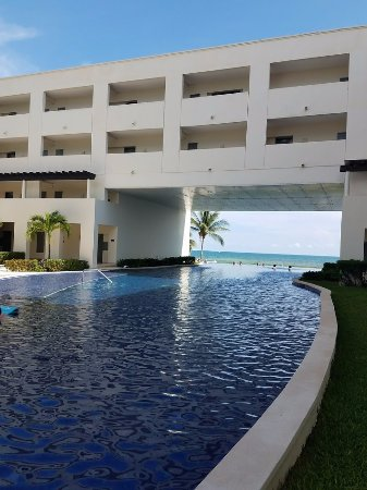 Secrets Silversands Riviera Cancun : The building make a large shady area to take a break from the sun.