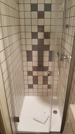 La petite douche (chambre 506) - Bild von Ibis Styles Place d\'Italie ...