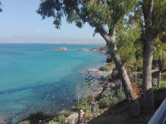 Latchi, Chypre : Uitzicht vanaf boven aan de trap naar de strandjes