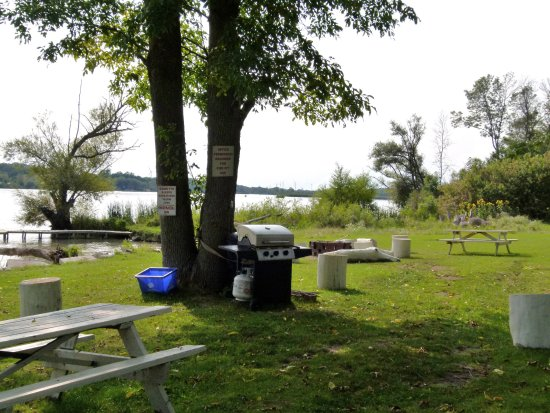 Dunnville, Kanada: BBQ area at the back