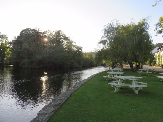 Swan Hotel & Spa: Sitting in beer garden on river bank