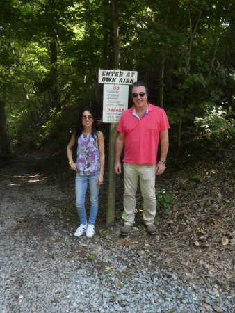 Adams, TN: ROSARIO CASSATA AND CAROLYN AT THE BELL WITCH CABIN AND CAVE IN TENNESSEE