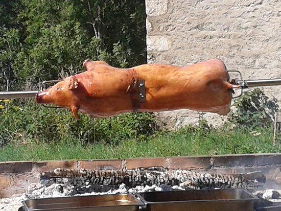 Saint-Nicolas-des-Biefs, France: Cochon à la broche au gîte La Bourbonniere
