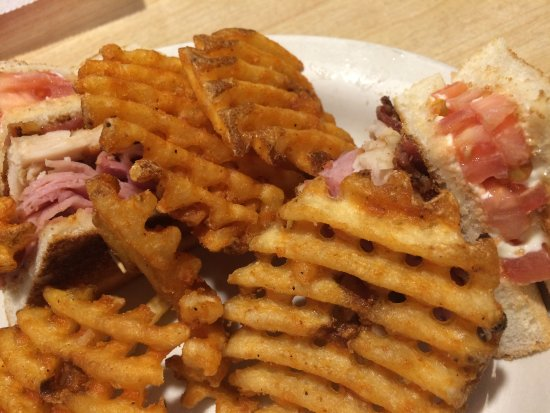 Bear Trap Inn: club with waffle fries