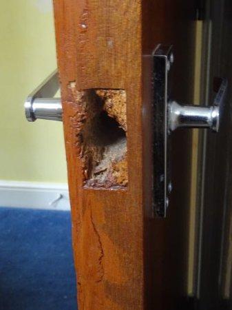 Pacific Hotel: No catch on bathroom door