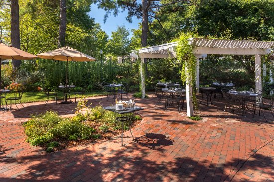Pittsboro, NC: Enjoy lunch outside on the patio at the Granary