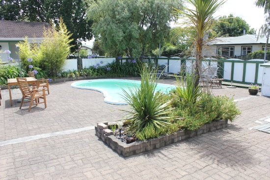 Masterton, New Zealand: Take a dip on a hot summers day in the outdoor pool. Or sit by the pool with a drink