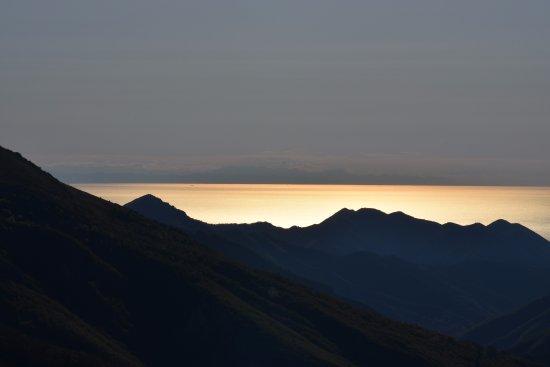 Caprauna, Italie : Panorama dal cortile del rifugio all'alba