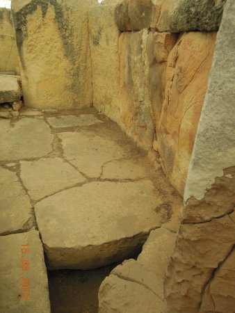 Tarxien Temples: Pathway inside ruins