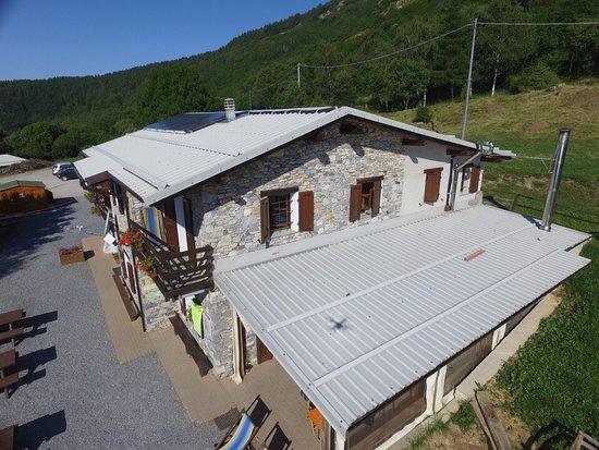 Caprauna, Italie : il rifugio visto dall'alto in tutta la sua imponenza