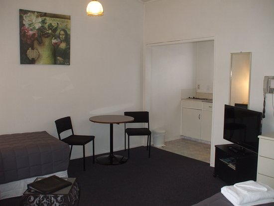 Masterton, New Zealand: Table and chairs with full kitchenette, bench cooktop, fridge and microwave