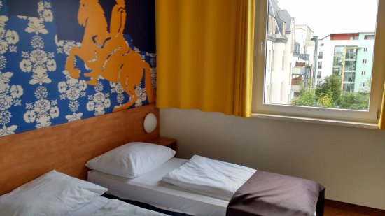 B&B Hotel Dresden: Double room, with two single beds (503)