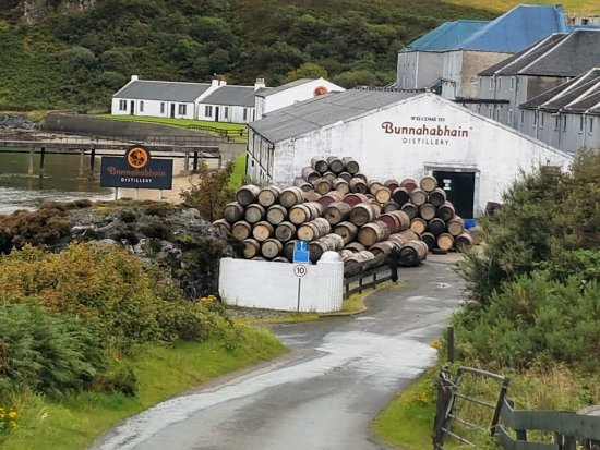 Port Askaig, UK: The Distillery entrance