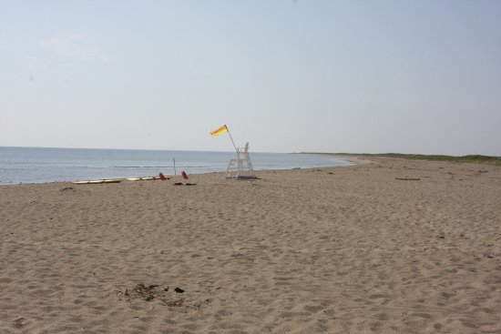 Saint-Louis-de-Kent, Kanada: We were there around 10 a.m. on a Thursday.  The lifeguards, two other people, and us.