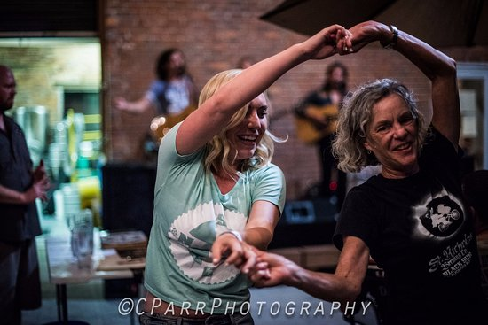 DuQuoin, Ιλινόις: Owner Patricia Gross and daughter Zoe Gross dancing to music by High South.