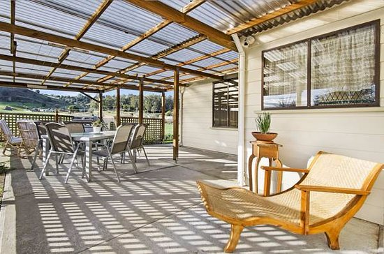 Mole Creek, Australien: Outdoor covered area of Platypus Cottage