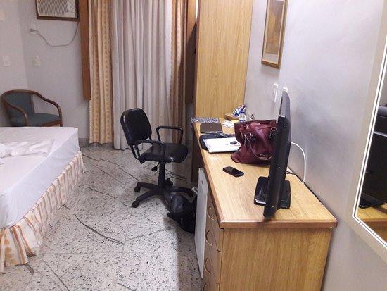 Fenix Hotel Varginha : Bancada de trabalho espaçosa, cama bem confortável