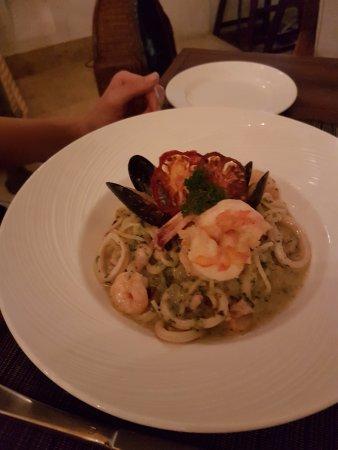 Restaurante Alma: spaghetti con camarones y calamares