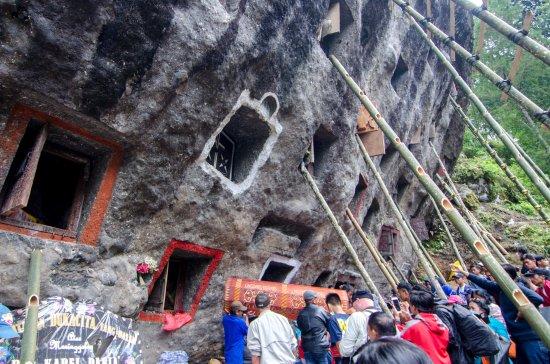 South Sulawesi, Indonezja: Masyarakat mengeluarkan jenazah dari salah satu kuburan