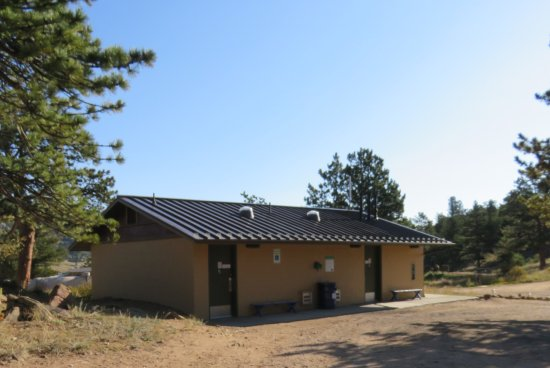 Mary's Lake Campground: Bathroom building