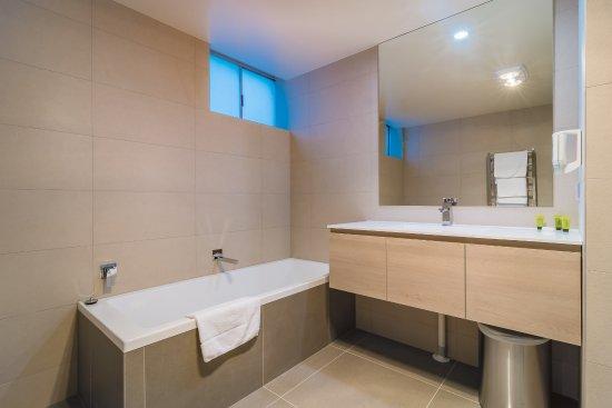 Argosy Motor Inn Devonport: Family & King Suite Bathroom (some rooms)