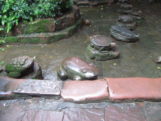 Shuangliu County, Китай: Carved stones.