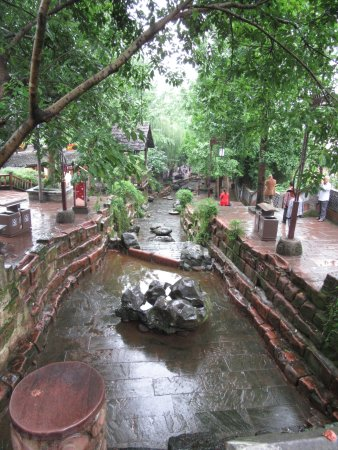 Shuangliu County, Китай: More of the centre waterway.