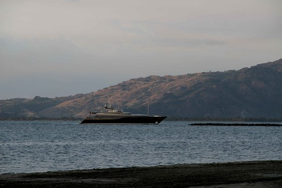 Νησί Denarau, Φίτζι: Private Yacht entering Port of Denarau, Fiji - view from Hilton Private Beach