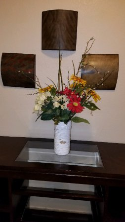 Candlewood Suites Lawton Fort Sill: Flowers await you outside the elevator.