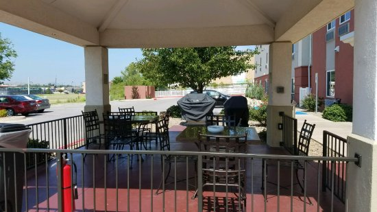 Candlewood Suites Lawton Fort Sill: Outdoor patio with use of BBQ for guests.