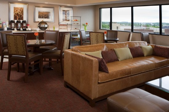 Sheraton Iowa City Hotel: Club Lounge
