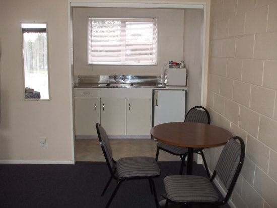 Masterton, New Zealand: Studio dining seating and kitchenette