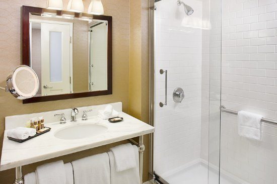 Sheraton Rockville Hotel Guest Bathroom