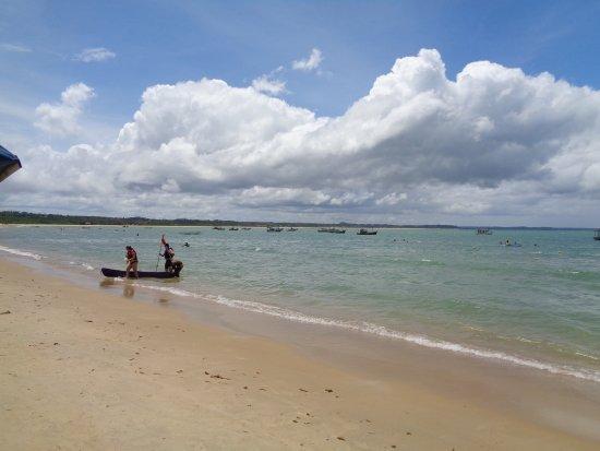 Santa Cruz Cabralia, BA: Playa tranquila, már tranquilo sin muchas olas pero más claro que en las playas del centro.