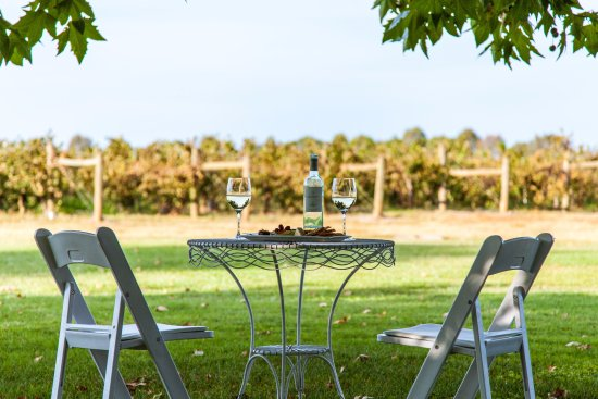 Milawa, Australia: Relax with a glass of wine at Restaurant Merlot