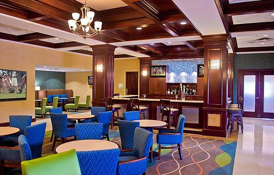 Holiday Inn Norfolk Airport: Lounge off main lobby opens at 5 PM