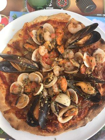 Algarrobo, Spanien: Pizza mit Meeresfrüchten