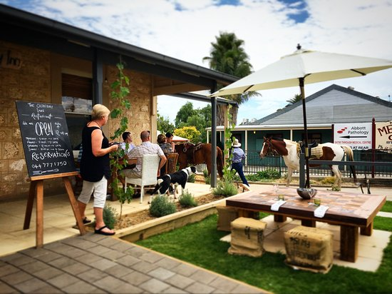 Strathalbyn, Австралия: Country outside dining