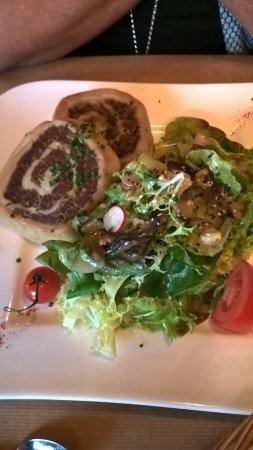 Stosswihr, Francia: Fleisch-Schnecken, eine Art Nudelteig mit Fleischfüllung und sehr gut angemachter Salat