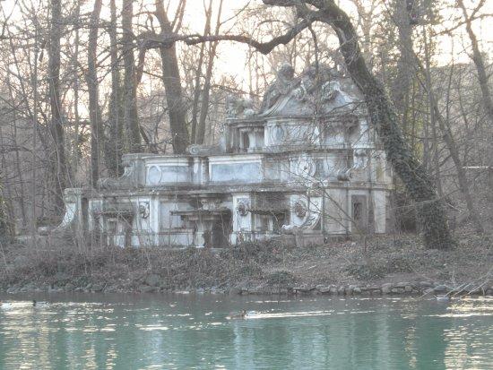 Parco Ducale: La abandonada fuente del Trianon