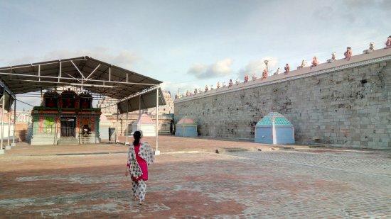 Thiruvarur, India: Huge temple compound