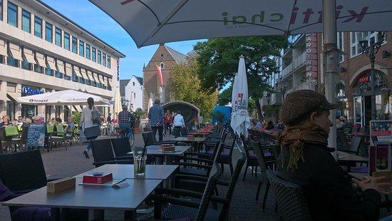 Neuss, Niemcy: Quirinus-Münster- von einem Lokal aus gesehen