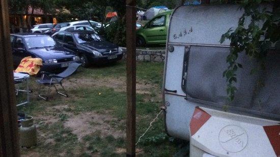 Lenno, Italia: Ik denk een ruimte van anderhalf a 2 meter naar de caravan van de buurman.