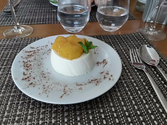 Vila Nova de Cacela, Πορτογαλία: Beautiful dessert with mango topping.