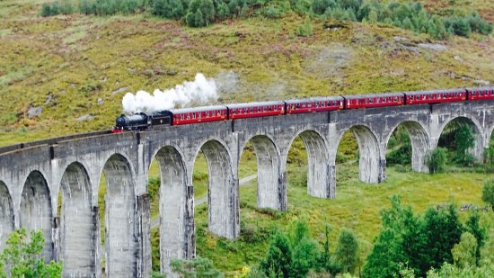 Glenfinnan, UK: stoomtrein op viaduct